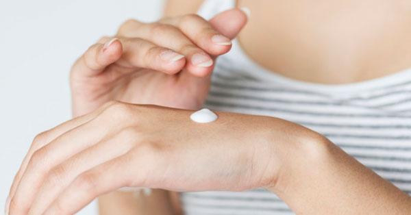 hogyan kell piros foltokat kenni a kezeden