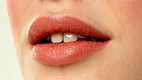vörös foltok az ajkakon hogyan kell kezelni vörös foltok a lábakon a középsõktől mit kell tenni