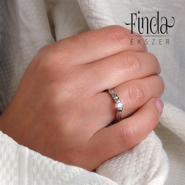 piros gyűrű a kezén)