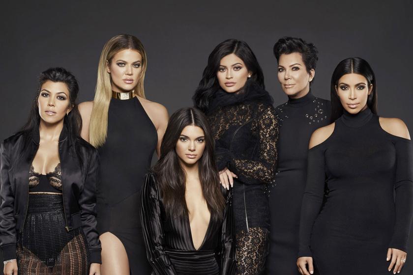 hogyan kezeli Kim Kardashian a pikkelysmrt?