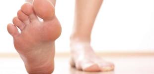 a lábán piros foltok a lábujjak között fotó