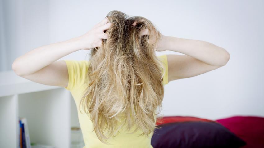 3 lappangó ok a hajhullás hátterében: ismerd fel, mikor kell orvoshoz fordulni!