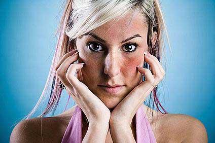 az arcát vörös foltok borítják, és viszket, mit kell tenni)