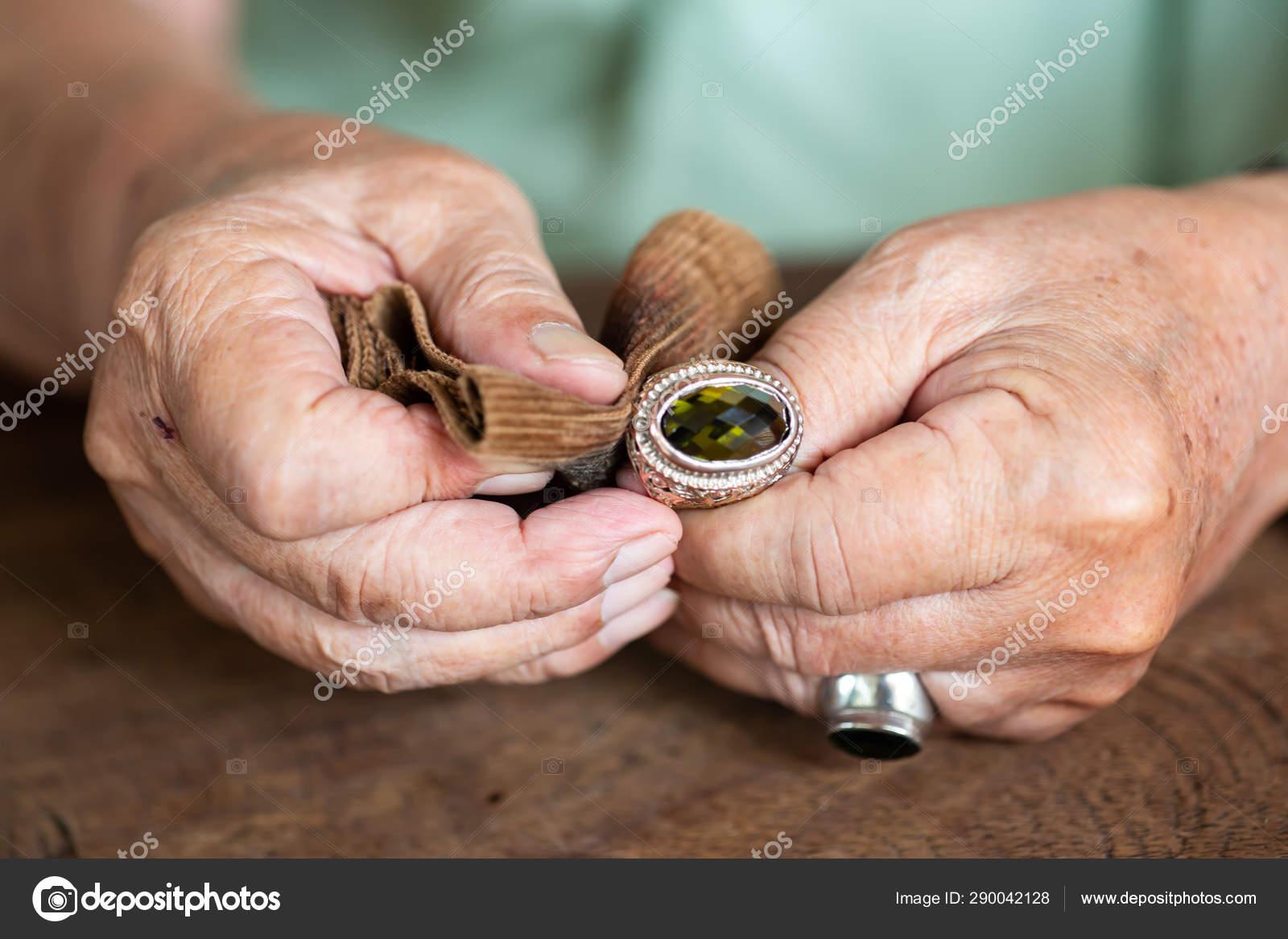 vörös folt gyűrű formájában a lábán)
