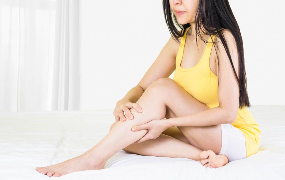 a lábakon és a karokon apró foltok vörösek)